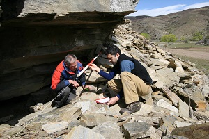 Brian Allingham and Kyle Davis recording rock art at Lindis Pass.